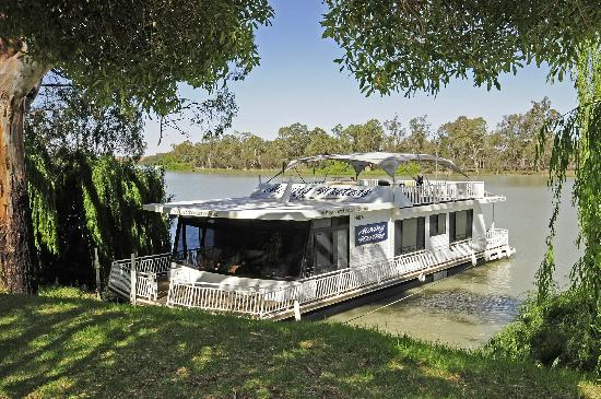 Boats-and-Bedzzz-Houseboat-Stays